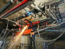 Technicien travaillant au site pour la ligne sifflante du système de climatiseur image stock
