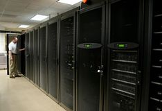 Technicien travaillant dans une salle de serveur Photos libres de droits