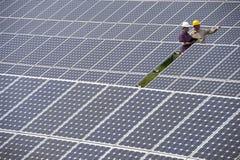 Techniciens à la centrale électrique solaire Photo stock