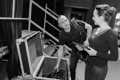 2 techniciens d'étape préparant l'étape pour l'exposition de ces soirs Photos libres de droits
