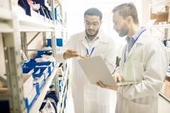Techniciens qualifiés analysant des appareils de mesure photo stock