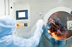 Techniciens travaillant dans le producti pharmaceutique Photo stock