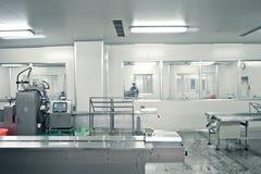 Techniciens travaillant dans le producti pharmaceutique image stock