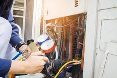 Technicus Checking Air Conditioner stock afbeeldingen