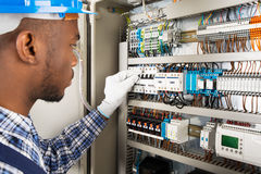 Technicus Checking Fusebox stock afbeelding