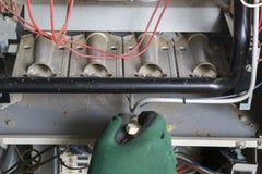 Technicus Cleaning een Aardgas Furnance royalty-vrije stock fotografie