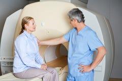 Technicus Comforting Female Patient royalty-vrije stock foto's