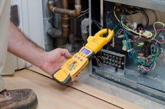 Technicus die compressorampèren controleren Stock Foto
