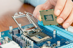 Technicus die computerhardware in het laboratorium herstellen Stock Foto