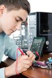 Technicus die computerhardware in het laboratorium herstellen Stock Foto