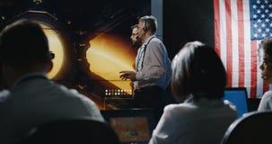 Technicus die de expeditie van Mars overzien stock video
