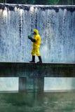 Technicus die giftige substantie draagt Royalty-vrije Stock Afbeeldingen