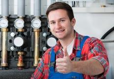 Technicus die het verwarmen boiler onderhouden stock afbeeldingen