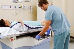 Technicus die plaat voor röntgenstraal opnemen Stock Afbeeldingen