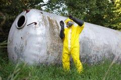Technicus die steekproef van grote roestvrije tank onderzoekt royalty-vrije stock fotografie