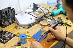 Technicus die twee draden met een soldeerselverbinding plakt royalty-vrije stock fotografie