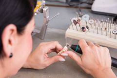 Technicus aan het werk in het tandlaboratorium of workshop produceren prostheis royalty-vrije stock foto