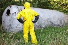 Technicus in eenvormige het onderzoeken grote roestvrije tank Stock Foto's