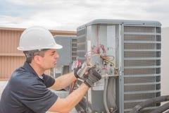 Technicus en Condensator Stock Foto