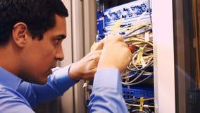 Technicus het bevestigen kabel