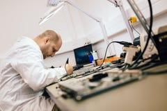 Technicus het bevestigen motherboard door te solderen Royalty-vrije Stock Afbeeldingen