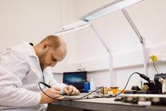 Technicus het bevestigen motherboard door te solderen Royalty-vrije Stock Afbeelding
