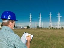 Technicus het inspecteren elektriciteitspost Stock Foto