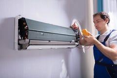 Technicus het testen airconditioner royalty-vrije stock afbeelding