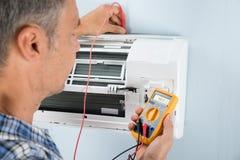 Technicus het testen airconditioner stock afbeeldingen