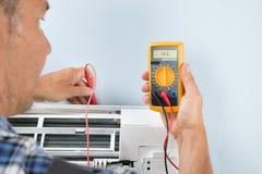 Technicus het testen airconditioner royalty-vrije stock foto's