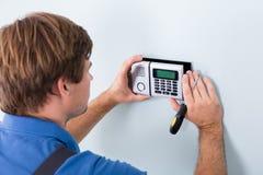 Technicus Installing Security System die Schroevedraaier gebruiken stock afbeelding
