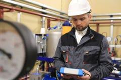 Technicus mechanische ingenieur op industrieel olie en benzinestation royalty-vrije stock afbeeldingen