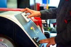 Technicus op het werk Het onderhouden van water verwarmingssystemen Man& x27; s hand royalty-vrije stock fotografie