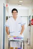 Technicus Pushing Medical Cart in het Ziekenhuis Stock Foto's