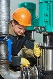 Technicus van verwarmingssysteem in ketelruim stock foto's