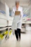 Technicus Walking In Hospital royalty-vrije stock afbeeldingen