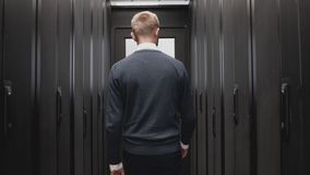 Technicusmens die voorbij slowmotion serverruimte lopen van datacentrum stock footage