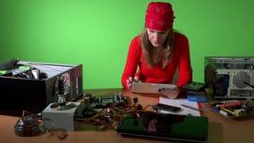 Technicusvrouw die informatie over hardware met tabletcomputer zoeken stock footage