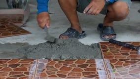 Technicy kłaść płytki na podłodze z cementem zbiory wideo