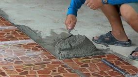 Technicy kłaść płytki na podłodze z cementem zbiory