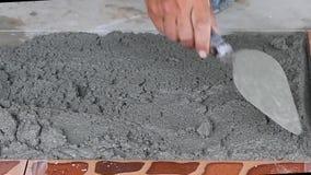 Technicy kłaść płytki na podłodze z cementem zdjęcie wideo