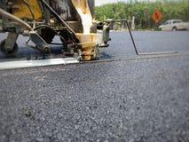 Technicy pracuj? na ruch drogowy liniach na asfaltuj? powierzchni? zdjęcie royalty free