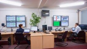 Technicy siedzi w biurowych działających diagnostykach Zdjęcia Royalty Free