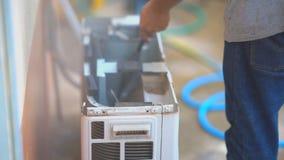 Techniczny pracownik sprawdza lotniczego warunek na gorącym lecie i czyści zdjęcie wideo