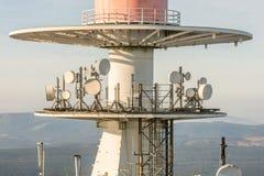 Techniek op een radiomast in detail stock foto's