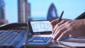 Techniekingenieur die met het ontwerpblauwdrukken van de architectenbouw werken stock video