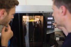 Techniekstudenten die 3d printer met behulp van Stock Foto's
