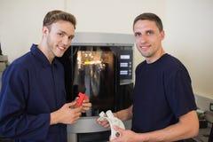 Techniekstudenten die 3d printer met behulp van Stock Foto
