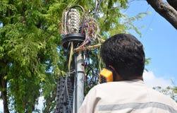 Technik czopuje w sieć kablu Zdjęcia Royalty Free