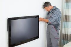 Technik Instaluje telewizję W Domu Obraz Stock